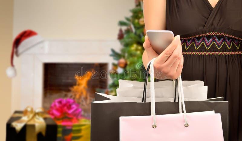 Mooie vrouw die en cellphone gebruiken winkelen royalty-vrije stock afbeeldingen