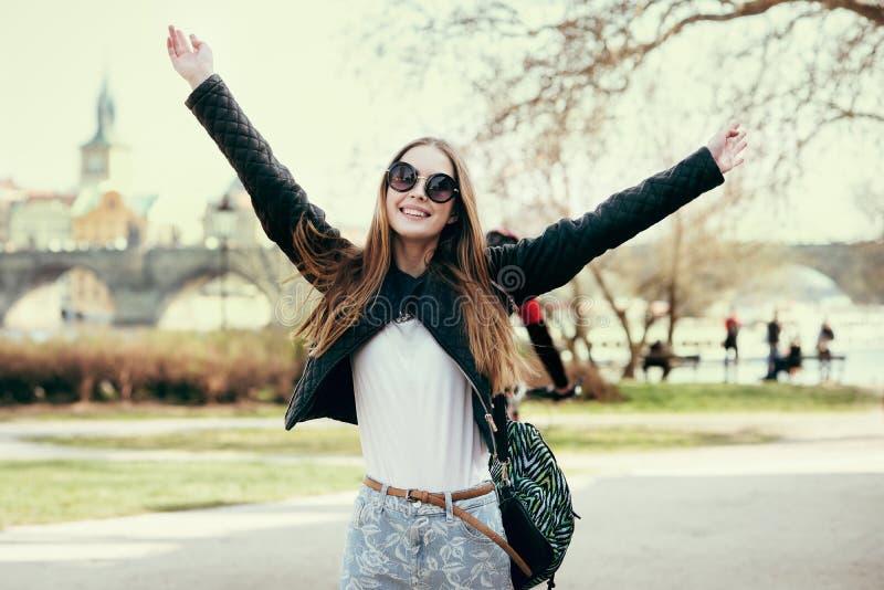 Mooie vrouw die in Europa reizen en op park in Praag lopen Meisje die fonds hebben en handen omhoog in openlucht houden royalty-vrije stock afbeeldingen