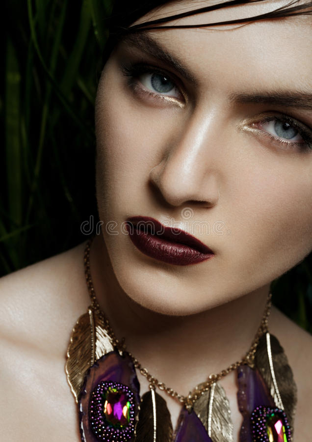Mooie vrouw die exotische tropische juwelen dragen royalty-vrije stock afbeelding