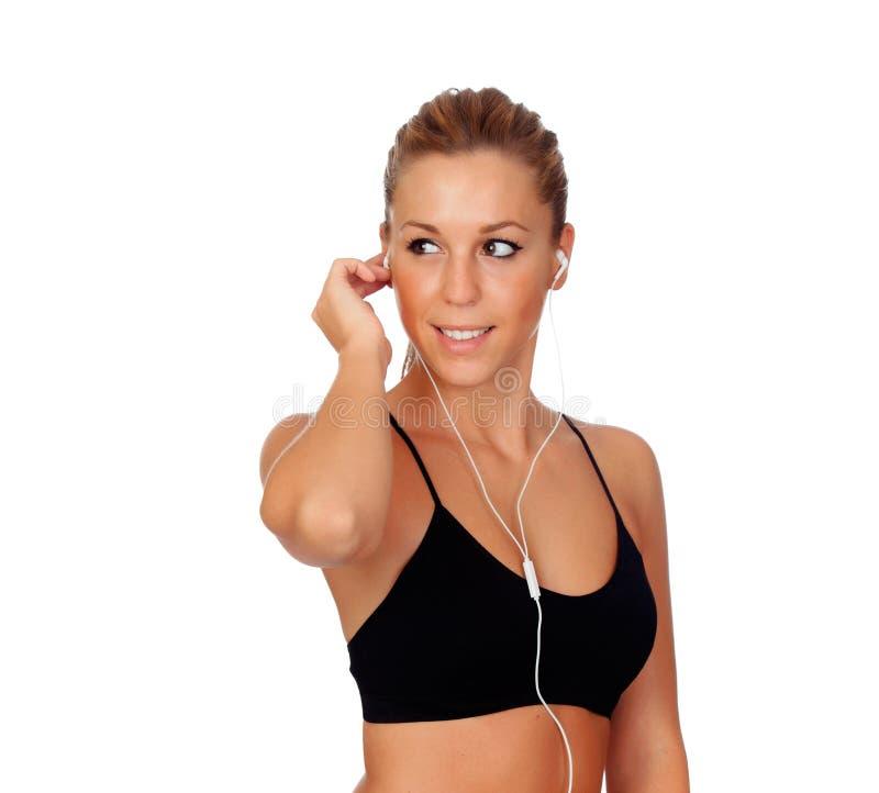 Mooie vrouw die geschiktheid het luisteren muziek met hoofdtelefoons doen royalty-vrije stock foto