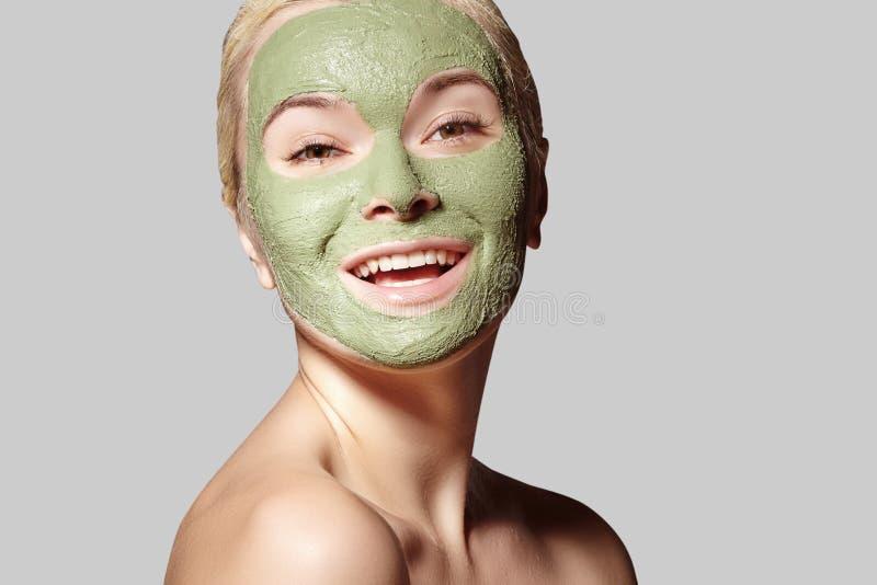 Mooie Vrouw die Groen Gezichtsmasker toepassen Schoonheidsbehandelingen Het close-upportret van Kuuroordmeisje past Clay Facial-m stock afbeeldingen