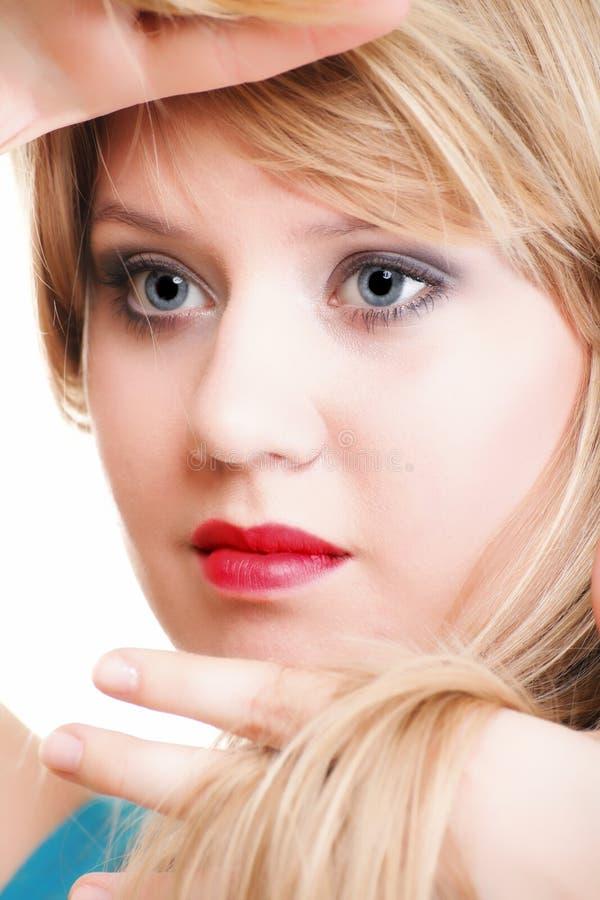 Mooie vrouw die haar geïsoleerdr gezicht met haar handen frame royalty-vrije stock afbeeldingen