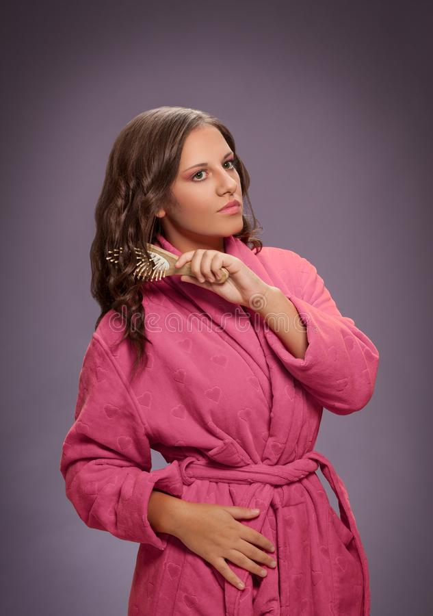 Mooie vrouw die haar haar in salon borstelen royalty-vrije stock fotografie