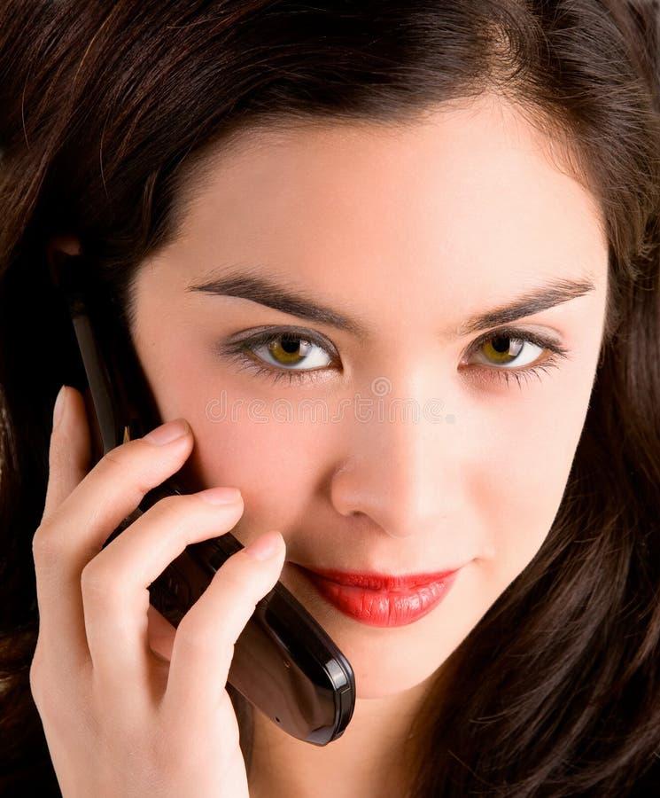 Mooie Vrouw die haar Telefoon van de Cel met behulp van stock foto