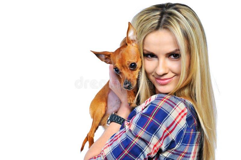 Download Mooie Vrouw Die Haar Zoet Die Puppy Houdt Op Wit Wordt Geïsoleerd Stock Afbeelding - Afbeelding bestaande uit persoon, levensstijl: 29500281