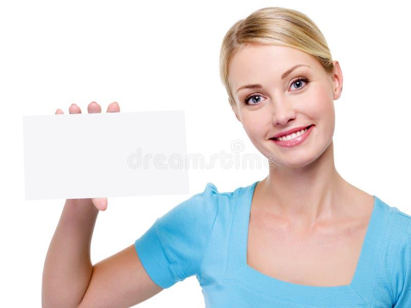 Mooie vrouw die het lege adreskaartje houdt stock foto's