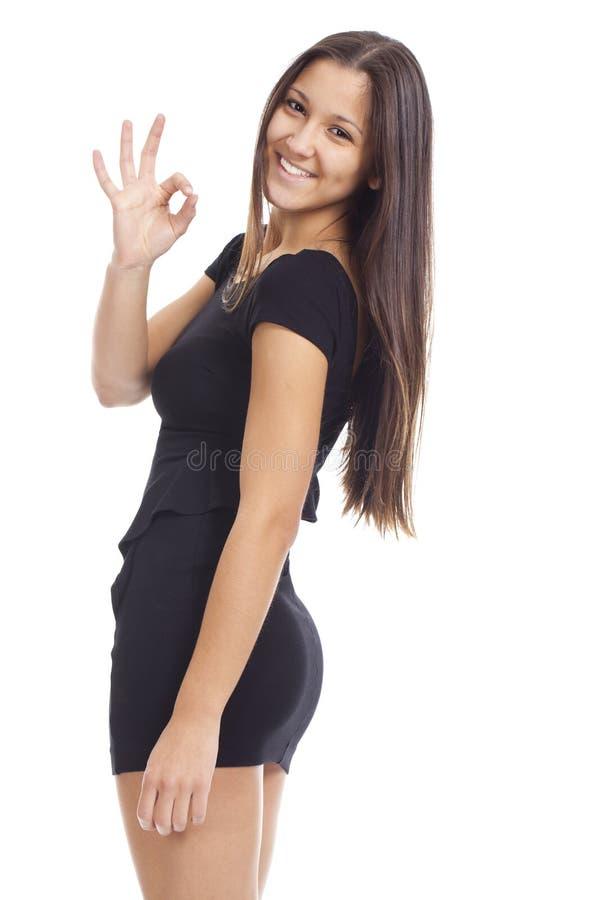 Mooie vrouw die het O.K. teken en glimlachen tonen royalty-vrije stock foto