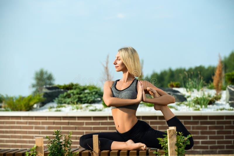 Mooie vrouw die het schot van yoga uit-van-deuren doen royalty-vrije stock fotografie
