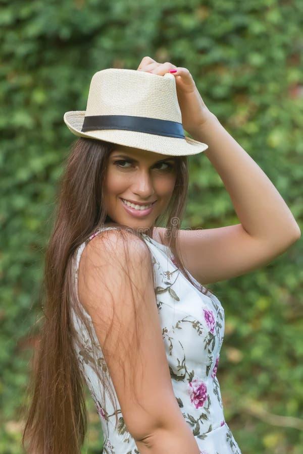 Mooie vrouw die in hoed de zomer van dag in openlucht genieten Manier en royalty-vrije stock afbeeldingen