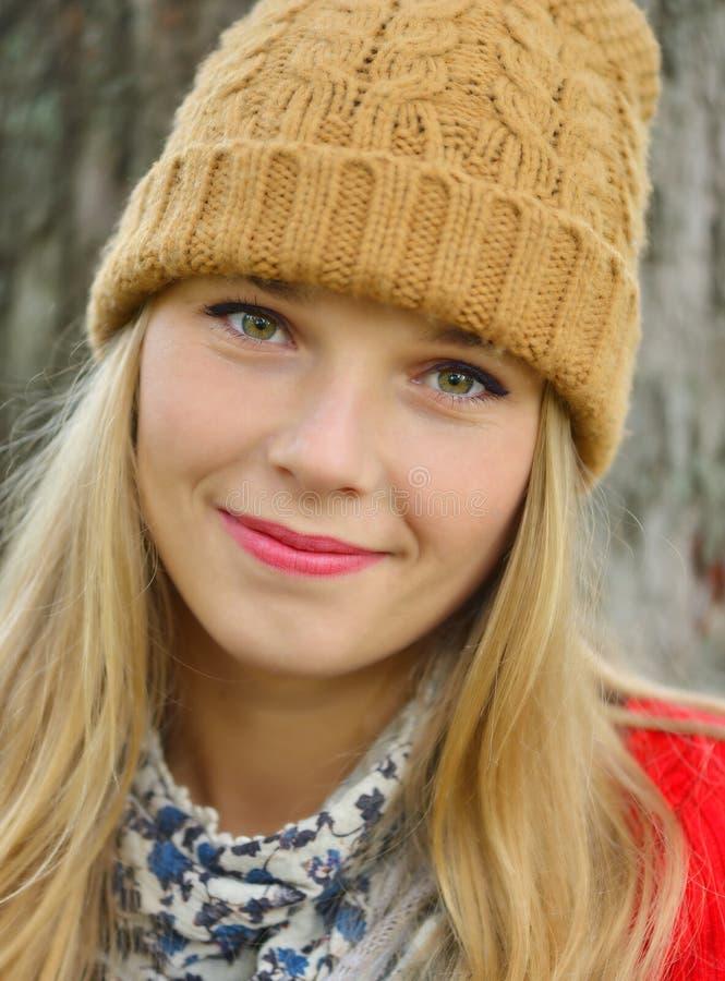 Mooie vrouw die hoed en sjaal in de herfst dragen royalty-vrije stock foto