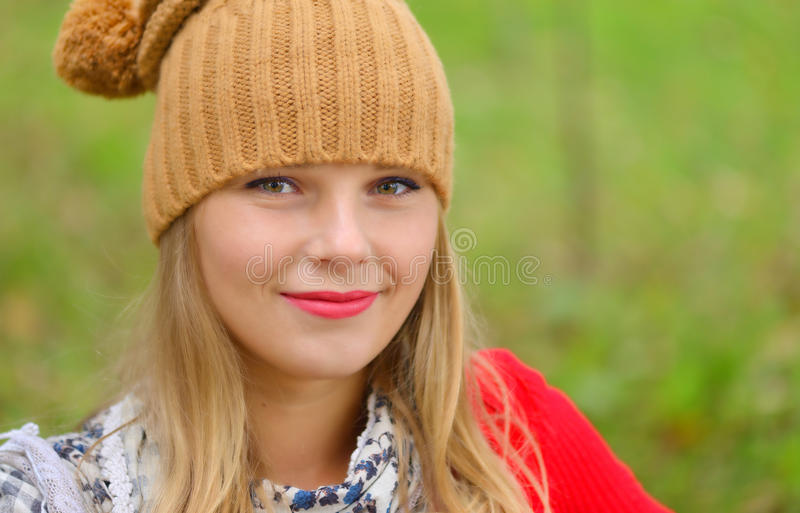Mooie vrouw die hoed en sjaal in de herfst dragen stock foto's
