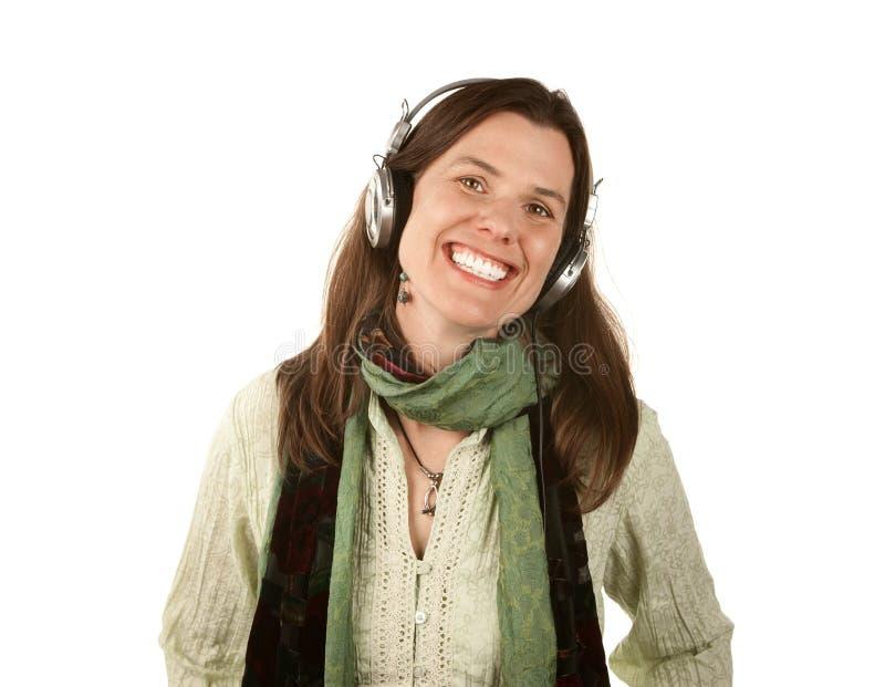 Mooie vrouw die hoofdtelefoons draagt stock afbeelding