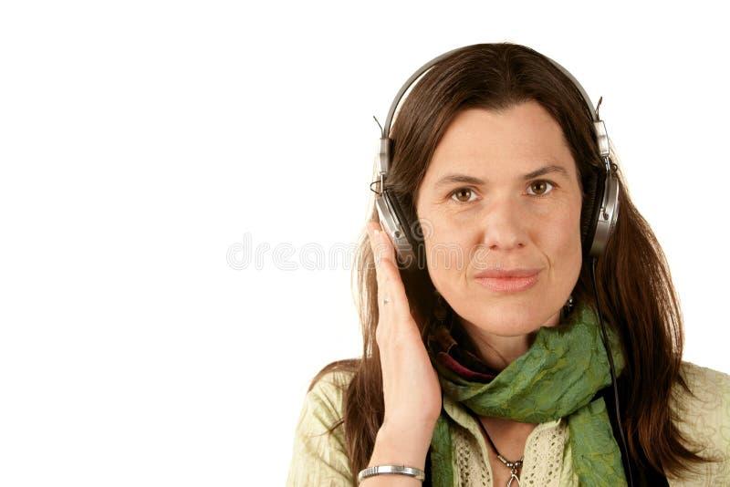Mooie vrouw die hoofdtelefoons draagt stock fotografie