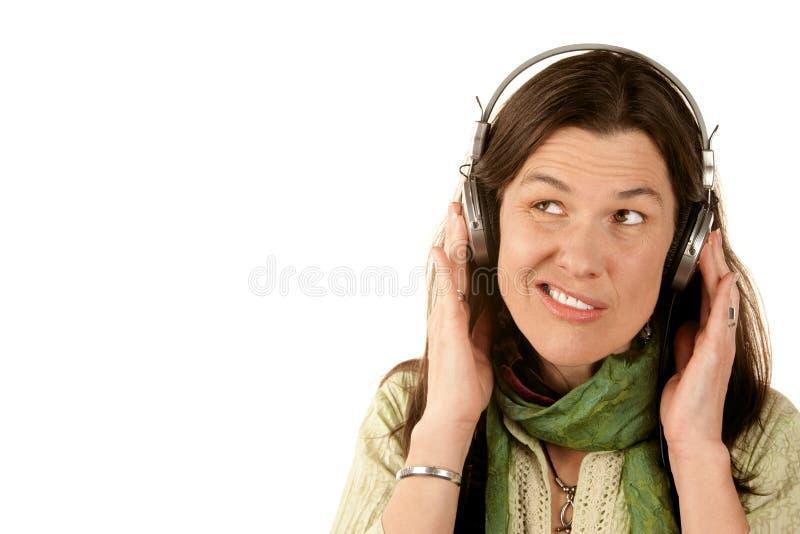 Mooie vrouw die hoofdtelefoons draagt royalty-vrije stock fotografie