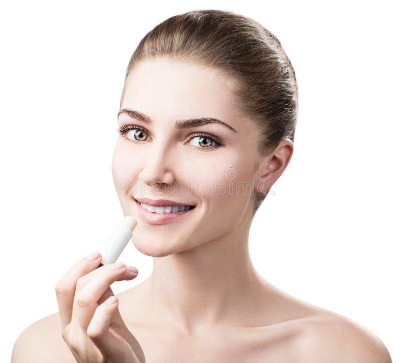 Mooie vrouw die hygiënische lippenpommade toepassen stock afbeelding