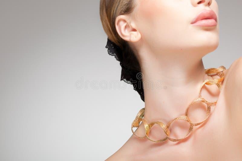 Mooie vrouw die juwelen, schoon beeld draagt stock afbeelding