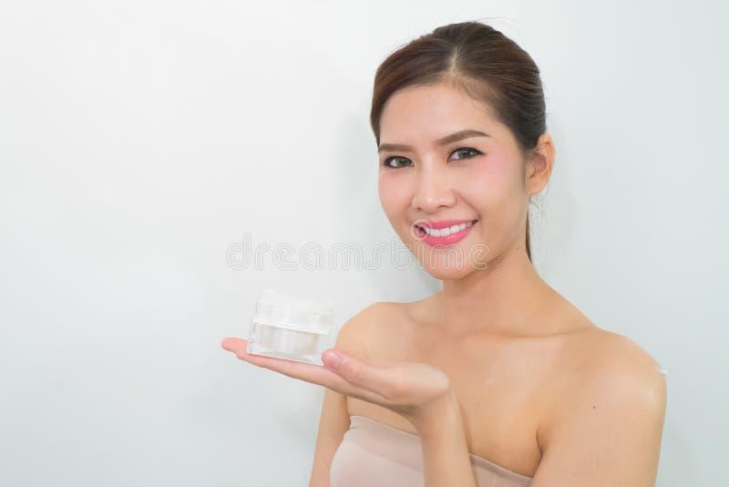Mooie vrouw die kosmetische room toepast royalty-vrije stock fotografie