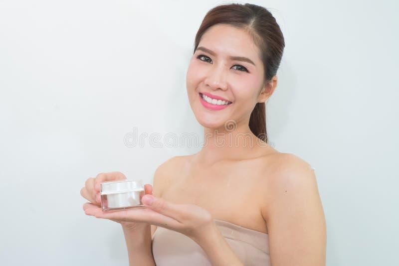 Mooie vrouw die kosmetische room toepast stock afbeelding
