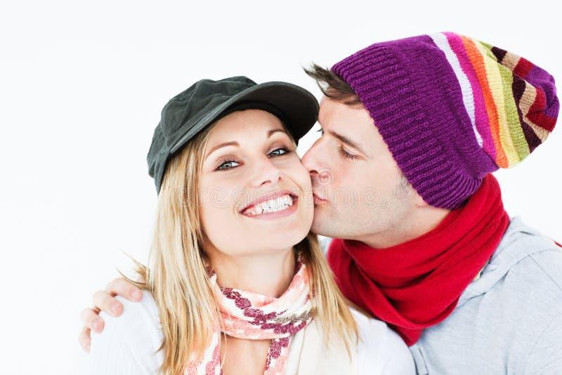 Mooie vrouw die kus van haar vriend ontvangt stock fotografie