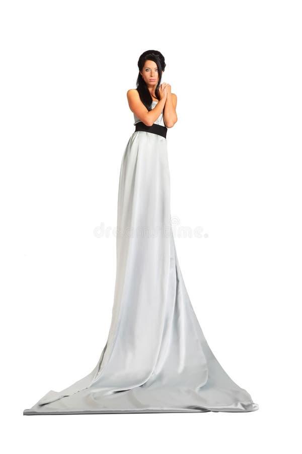 Mooie vrouw die lange zilveren kledingstribunes draagt royalty-vrije stock foto