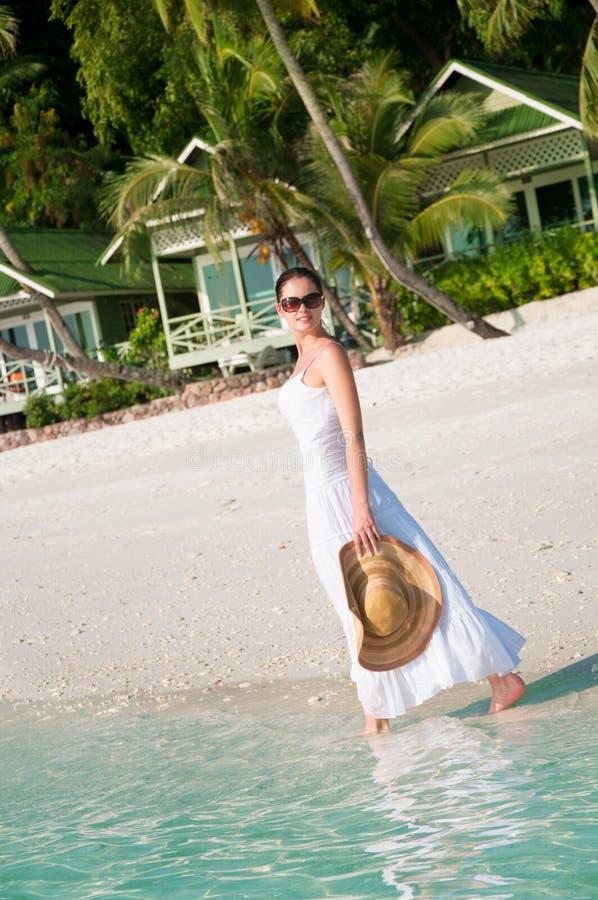 Mooie vrouw die langs kust lopen stock fotografie