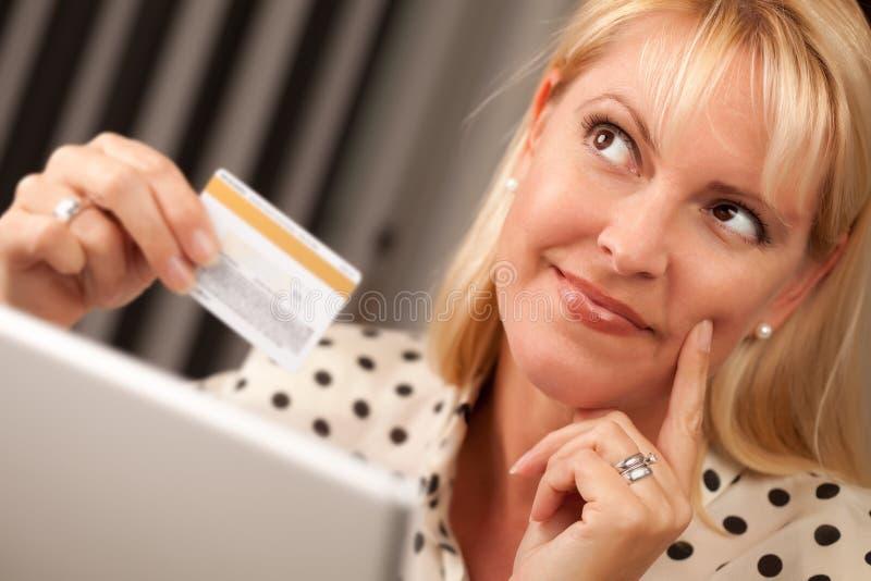 Mooie Vrouw die Laptop de Creditcard van de Holding Gebruikt stock foto