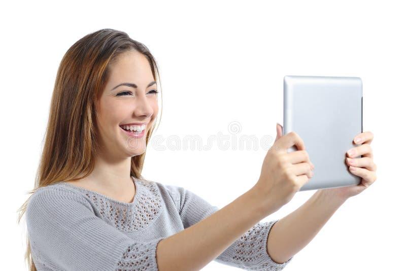 Mooie vrouw die lettend op een digitale tablet lachen stock foto's