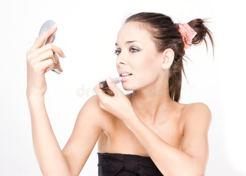 Mooie vrouw die lippenstift toepast royalty-vrije stock foto's