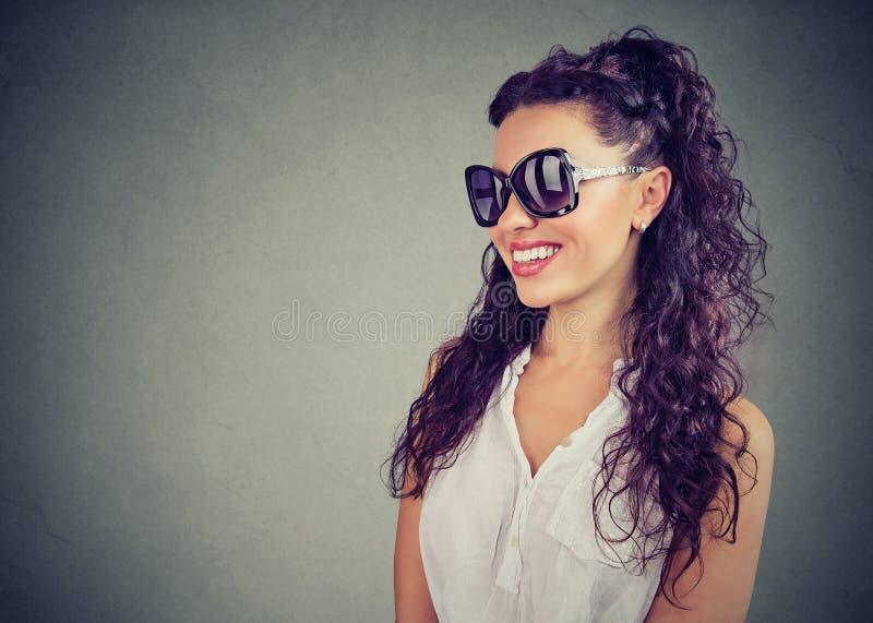 Mooie vrouw die manierzonnebril dragen royalty-vrije stock foto