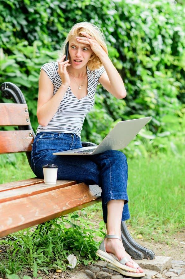 Mooie vrouw die meeneemkoffie drinken de zomer online Ochtendgrafiek het meisje drinkt koffie om te gaan Ontspan in park modern royalty-vrije stock foto's