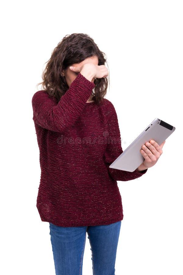 Mooie vrouw die met een nieuwe tabletcomputer werken stock afbeelding
