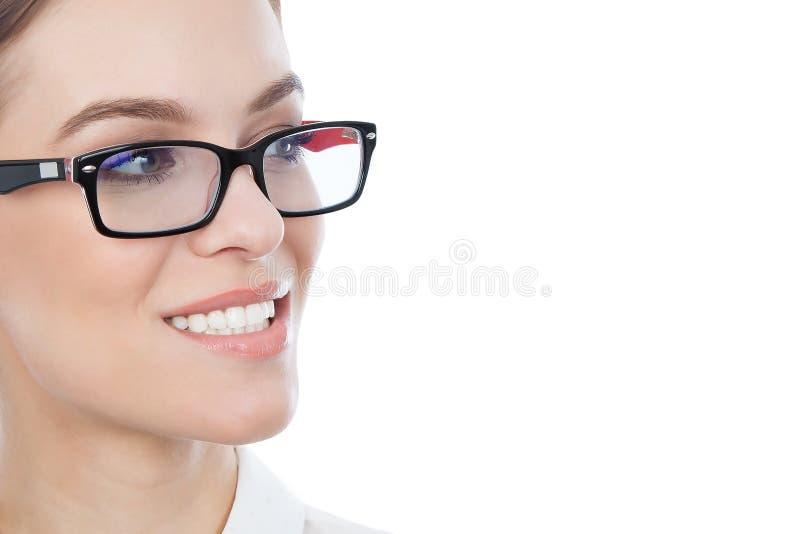 Mooie vrouw die met glazen exemplaarruimte bekijken stock foto