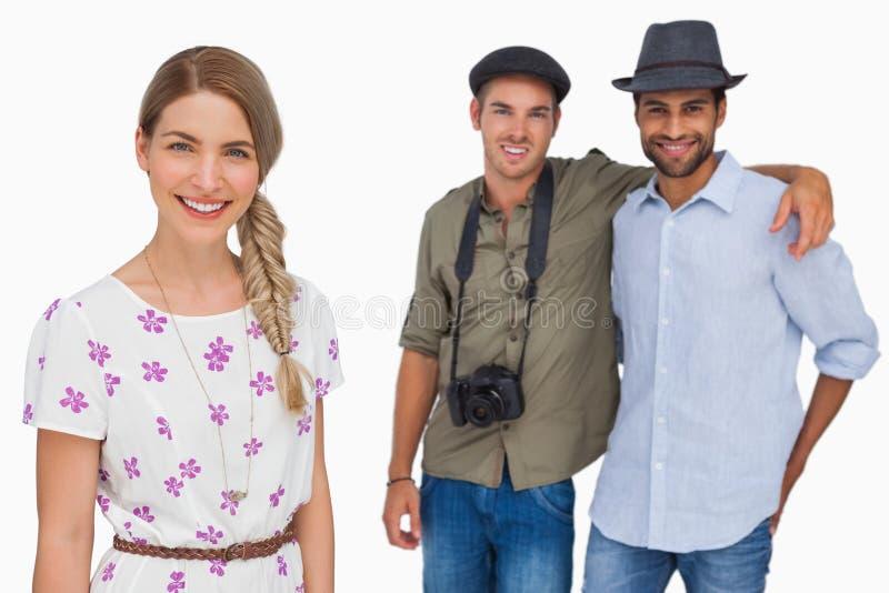 Mooie vrouw die met haar vrienden achter haar glimlachen royalty-vrije stock foto