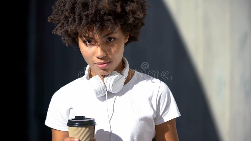 Mooie vrouw die met koffie milieuvriendelijke kop camera recyclingsconcept bekijken royalty-vrije stock foto