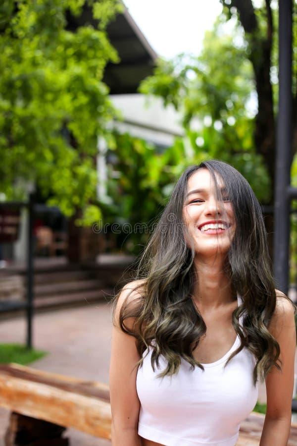Mooie vrouw die met natuurlijke schoonheid bij camera glimlachen De jeugd en Ha stock foto