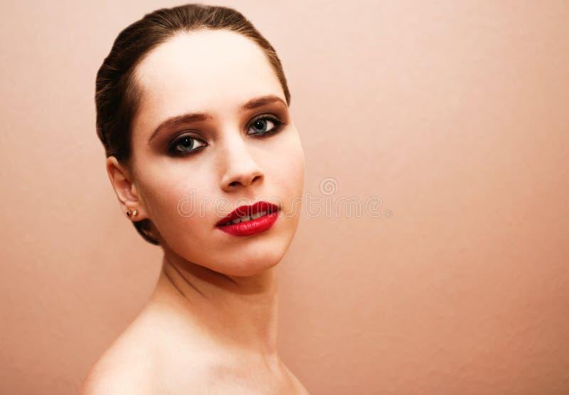 Mooie vrouw die met rode lippen aan de camera kijken royalty-vrije stock afbeeldingen