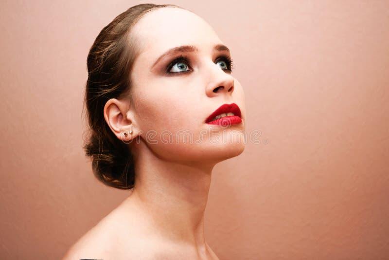 Mooie vrouw die met rode lippen omhoog kijken royalty-vrije stock afbeeldingen