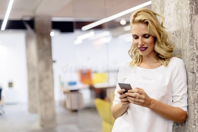 Mooie Vrouw die mobiele telefoon met behulp van stock afbeeldingen
