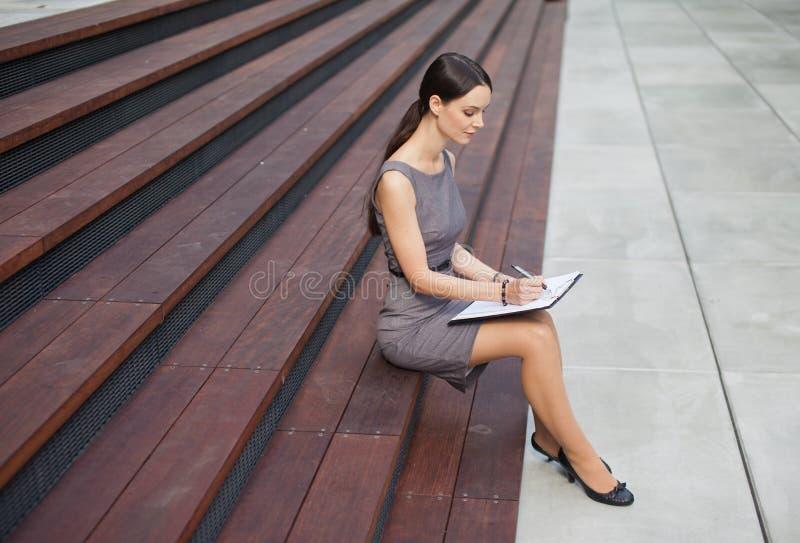 Mooie Vrouw die Nota's neemt stock foto