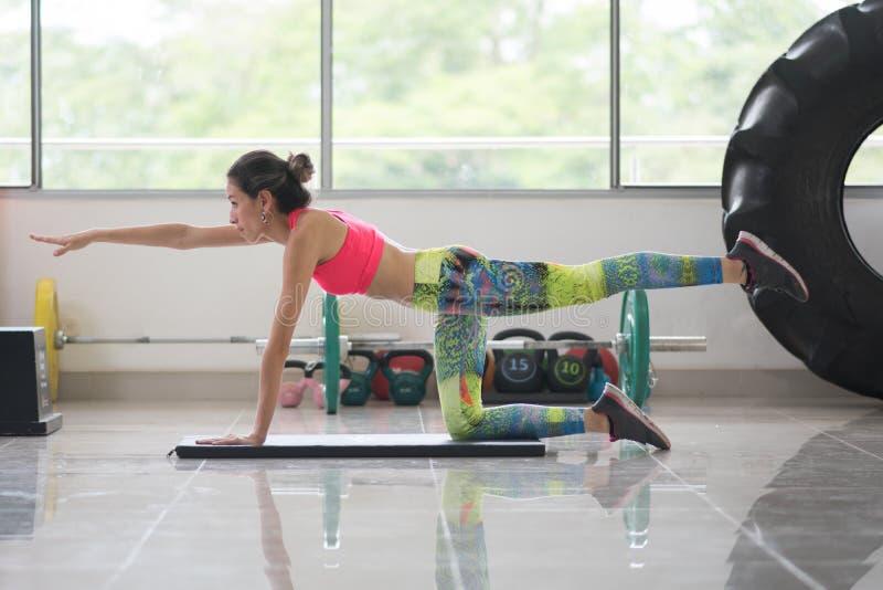 Mooie vrouw die oefening doet stock afbeelding