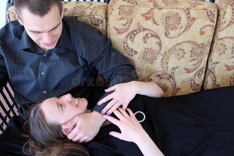 Mooie vrouw die omhoog in het gezicht van de echtgenoot glimlachen royalty-vrije stock afbeeldingen