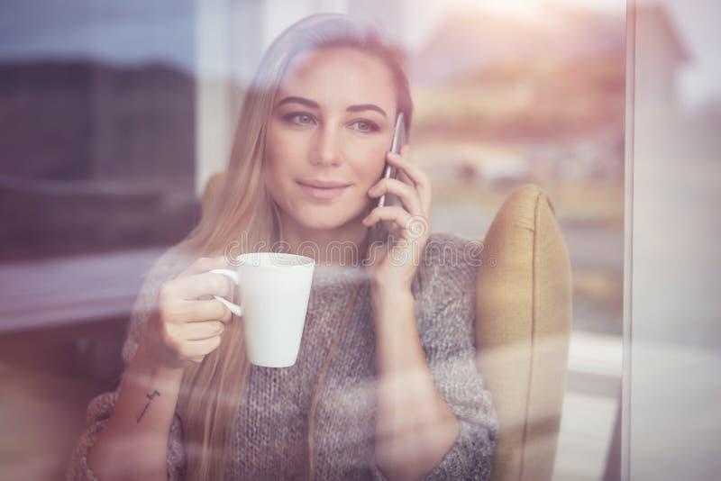 Mooie vrouw die op de telefoon spreekt royalty-vrije stock fotografie