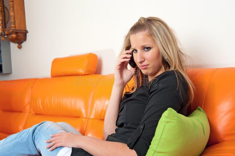Mooie vrouw die op de telefoon spreekt stock afbeeldingen