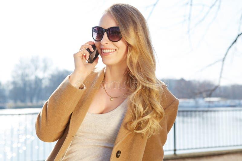 Mooie vrouw die op de telefoon spreekt royalty-vrije stock foto's