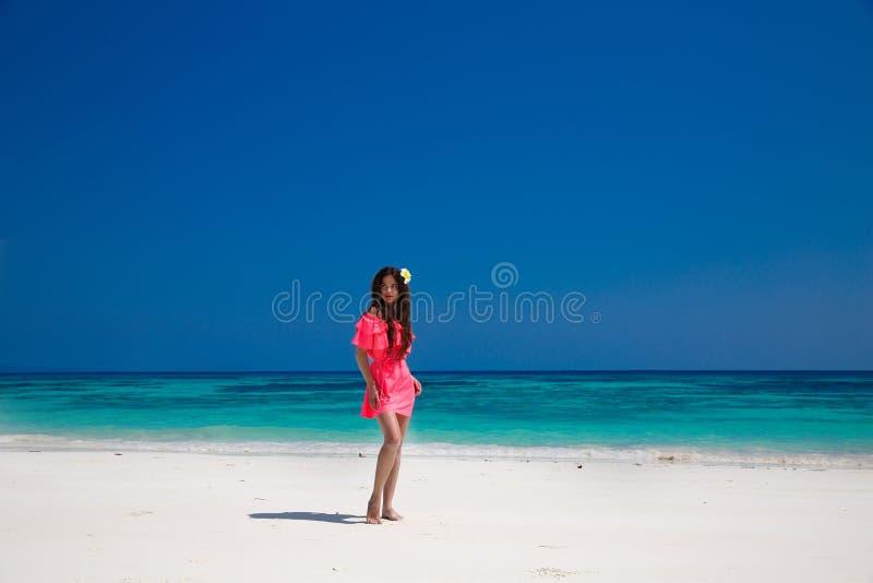 Mooie vrouw die op exotisch strand, donkerbruin meisjesmodel binnen lopen stock afbeeldingen