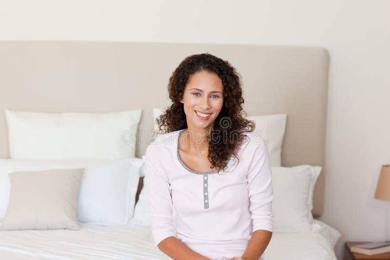 Mooie vrouw die op haar bed ligt stock afbeeldingen