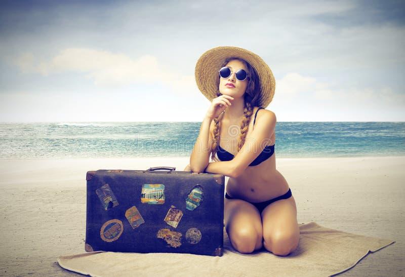 Mooie vrouw die op het strand zonnebaden stock fotografie