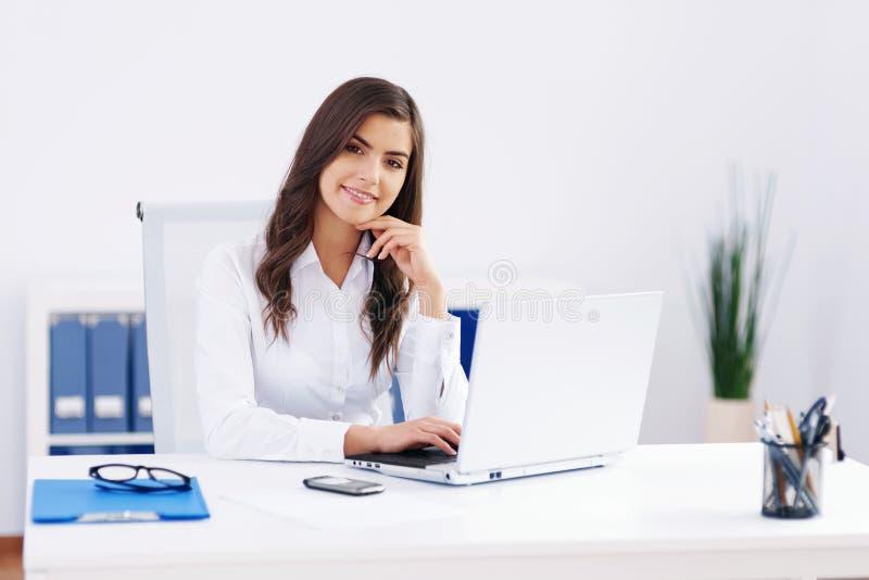 Vrouw op kantoor royalty-vrije stock afbeeldingen