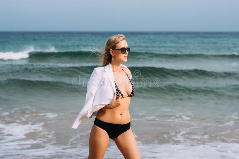Mooie vrouw die op kustlijn lopen royalty-vrije stock afbeeldingen