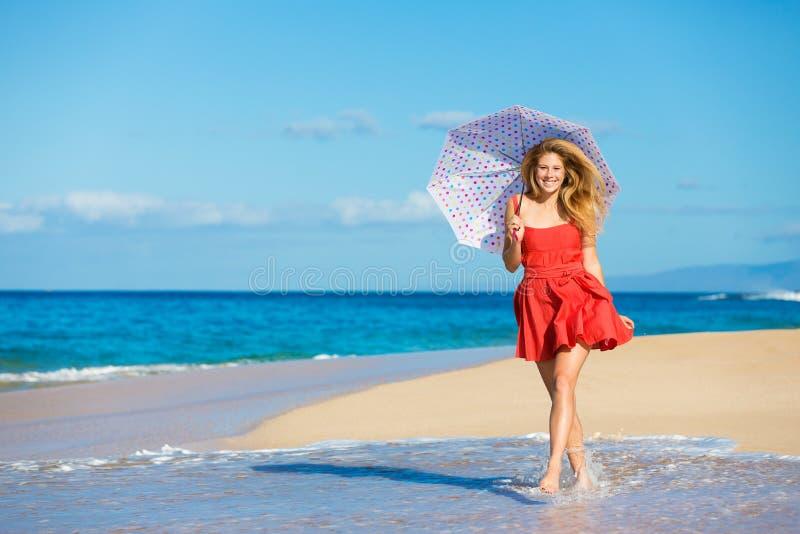 Mooie Vrouw die op Tropisch Strand loopt royalty-vrije stock afbeeldingen